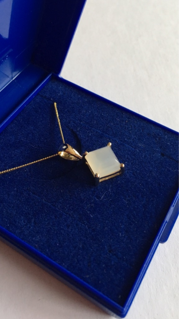 2.7ct Moonstone Yellow Gold Pendent with Gold Chain.