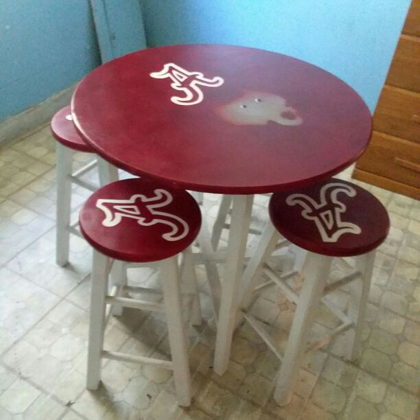 Alabama table with 4 stools