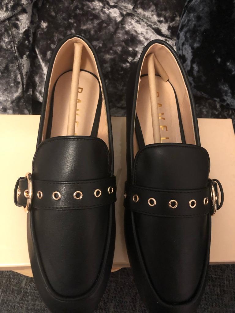 Woman brand new ravel shoe Size 4 Black New