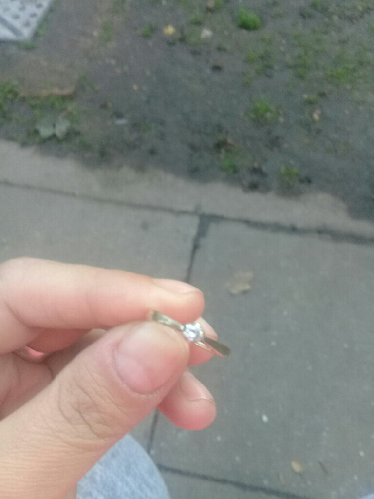 Gold ring 9ct with diamond