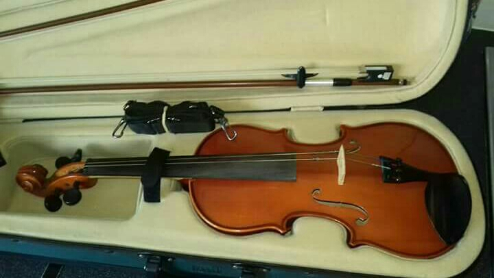 Primavera 150 Violin Outfit 3/4 size with case and two bow's.