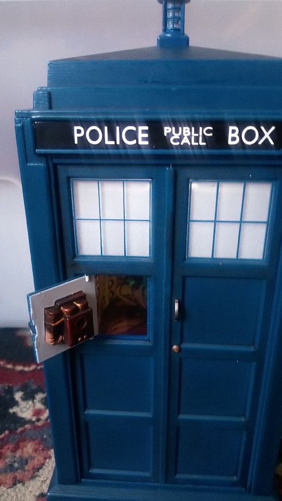 Doctor who tardis and 10th Doctor figure