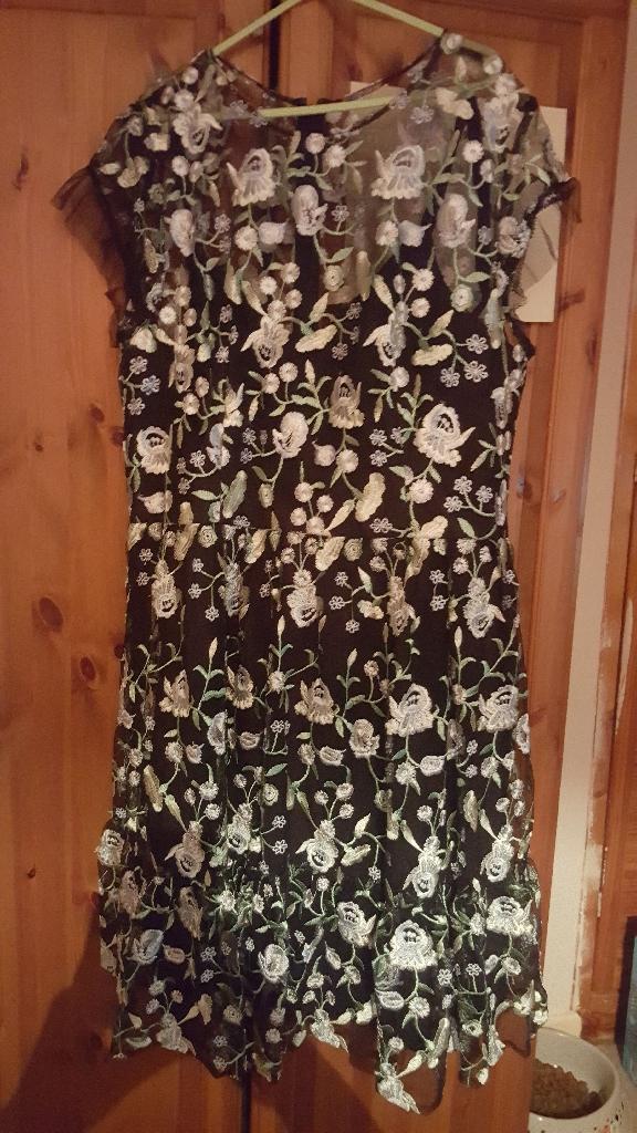 STUNNING BRAND NEW CHI CHI LONDON DRESS
