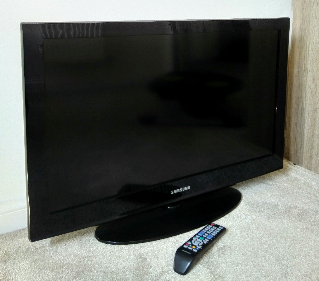 """32"""" Black Samsung TV with Remote - Good Working Condition"""