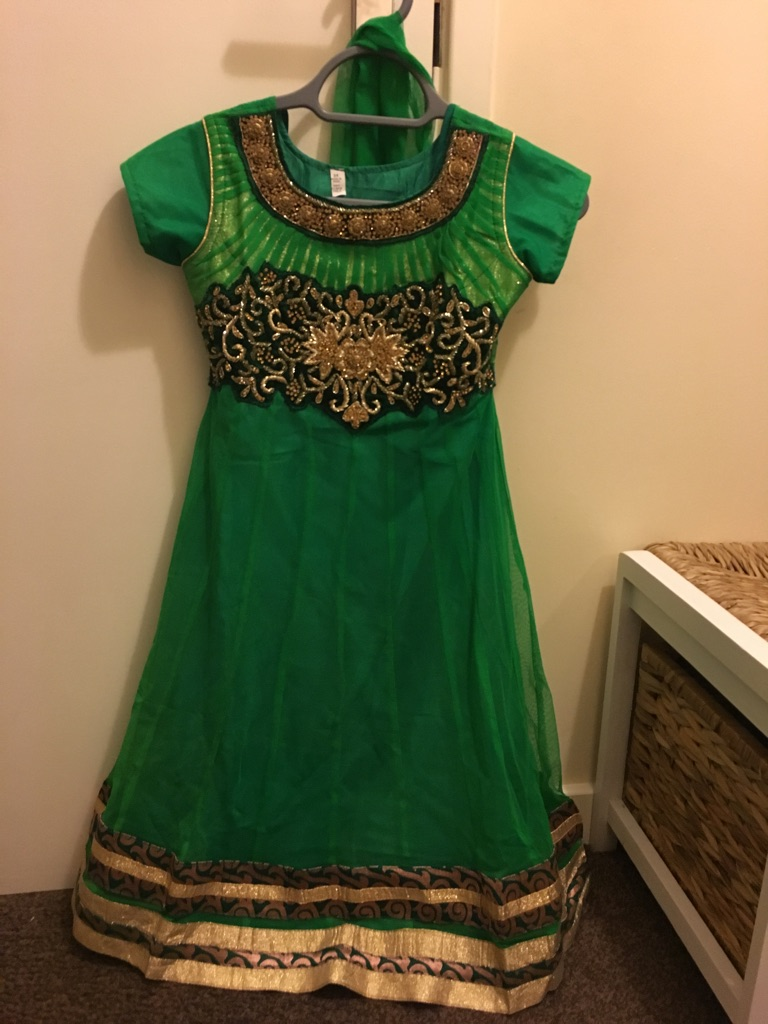 Beautiful green childrens asian dress suit in size 34