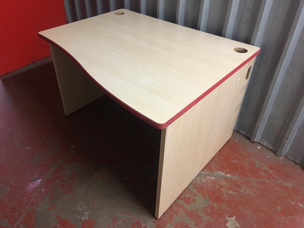 Desk / Escritoire / Work Space / School Desk / Writing Desk / Computer / Office
