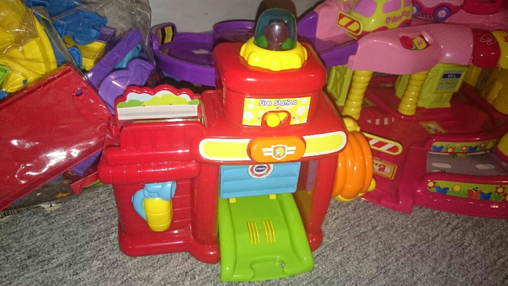 V tech toot toot garage with cars and firestation