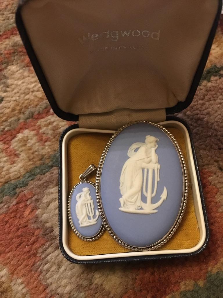 Vantage Wedgwood brooche and pendant set