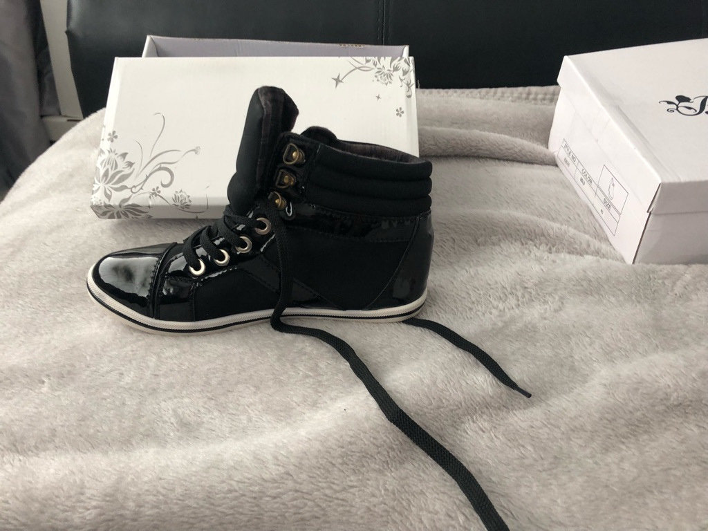 Woman's flat ankle boots size 6