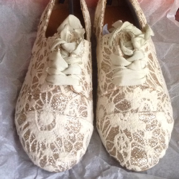 Gorgeous size 36 flat cream and gold shoes