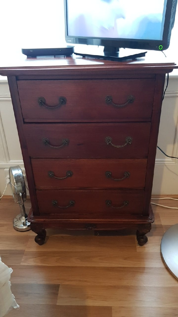 Lovely small mahogany chest of draws