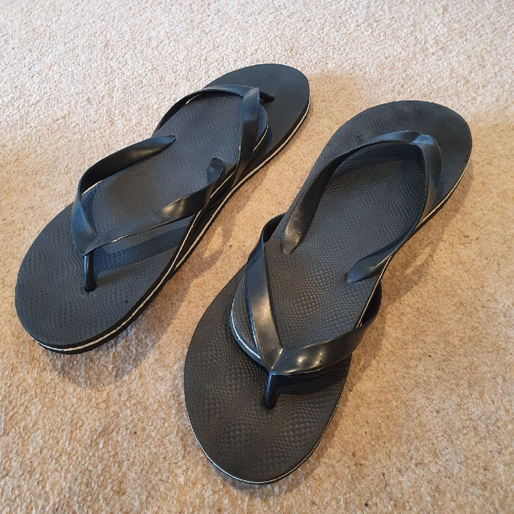 2 pairs flip flops (new) size 40-41