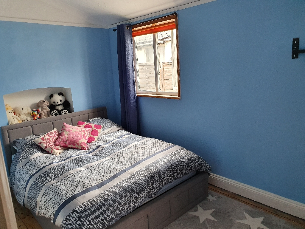 Double bedroom in shared house on shoreham beach