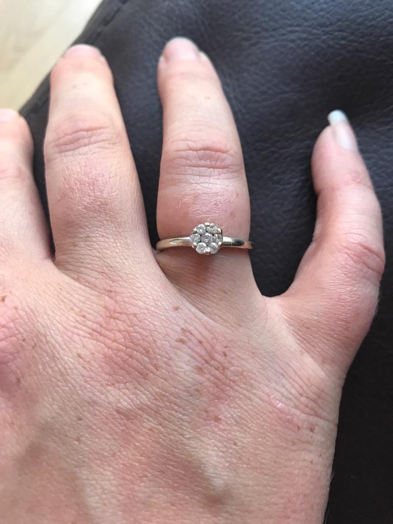 9kt White gold diamond ring