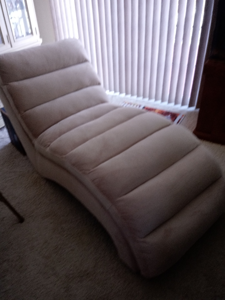 BRAND NEW CHAISE LOUNGE