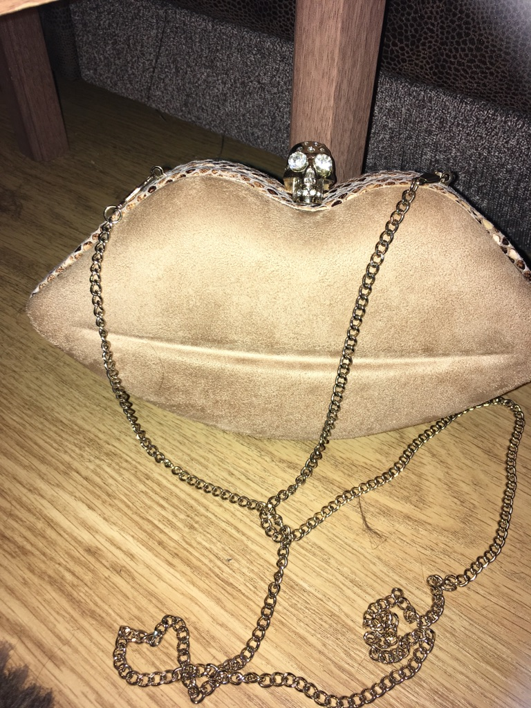 Suede look lips shaped bag with skull clasp