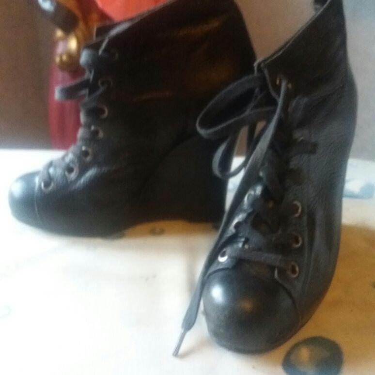 Wedged ankke boot