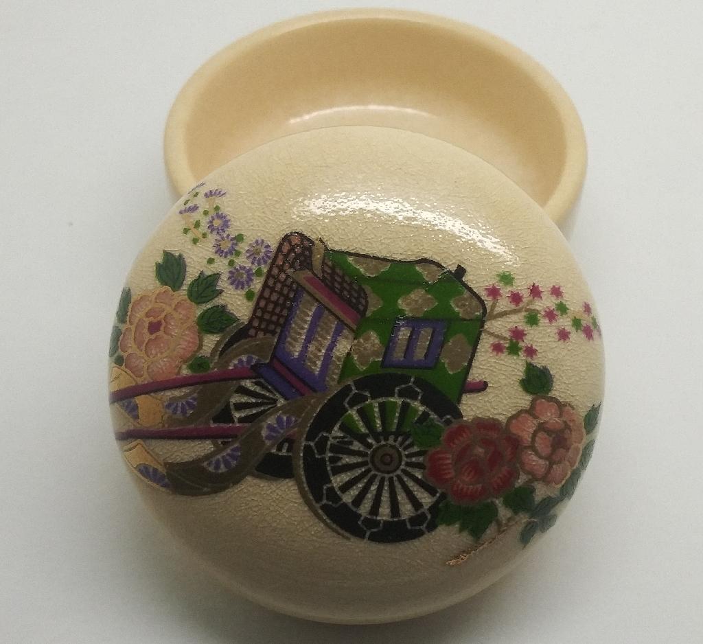A beautiful vintage unisex Satsuma Japan Porcelain Trinket