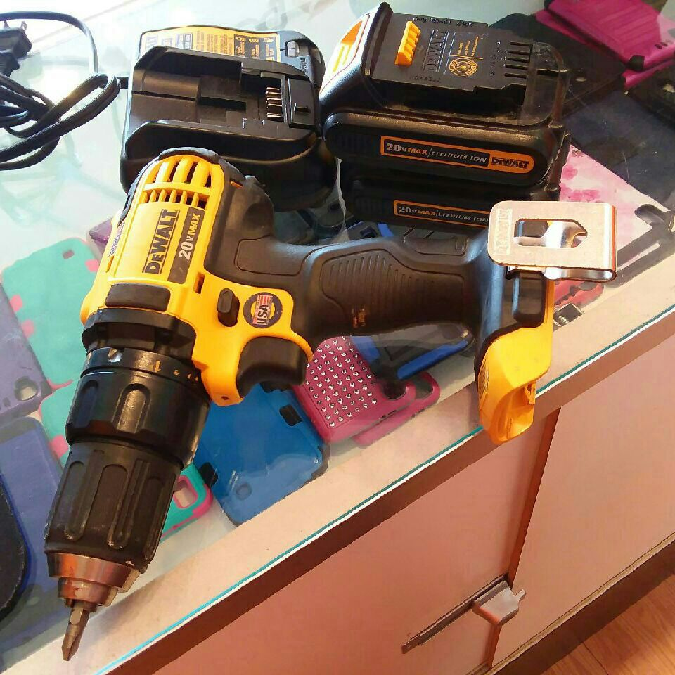 Dewalt 20v drill with two battery packs charger