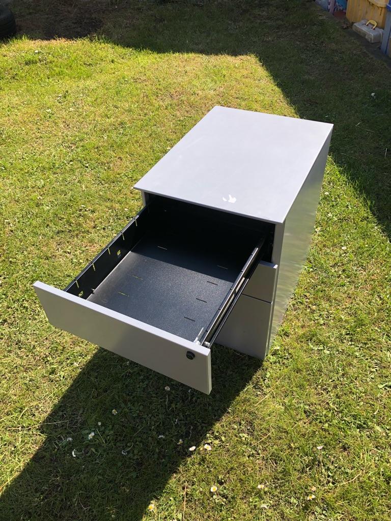 Metal desk pedestal/ filing cabinet