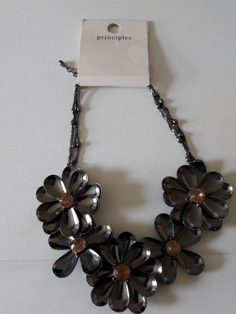 Ladies pretty necklace BNWT