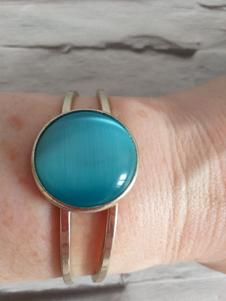 Lovely gold tone and turquoise coloured bangle