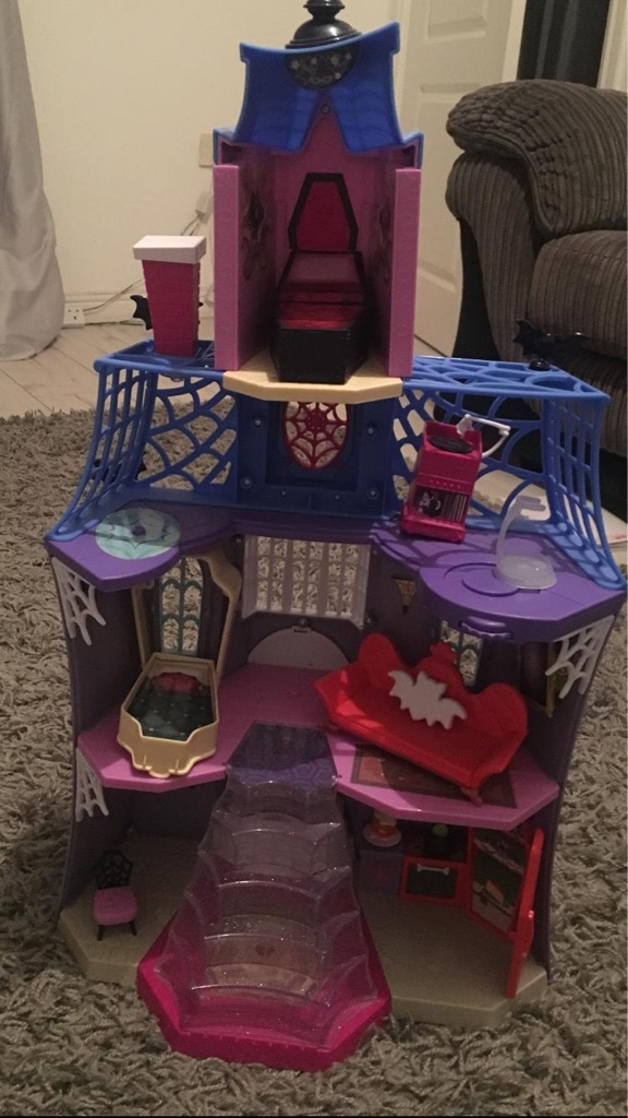 Vampirina castle and figures