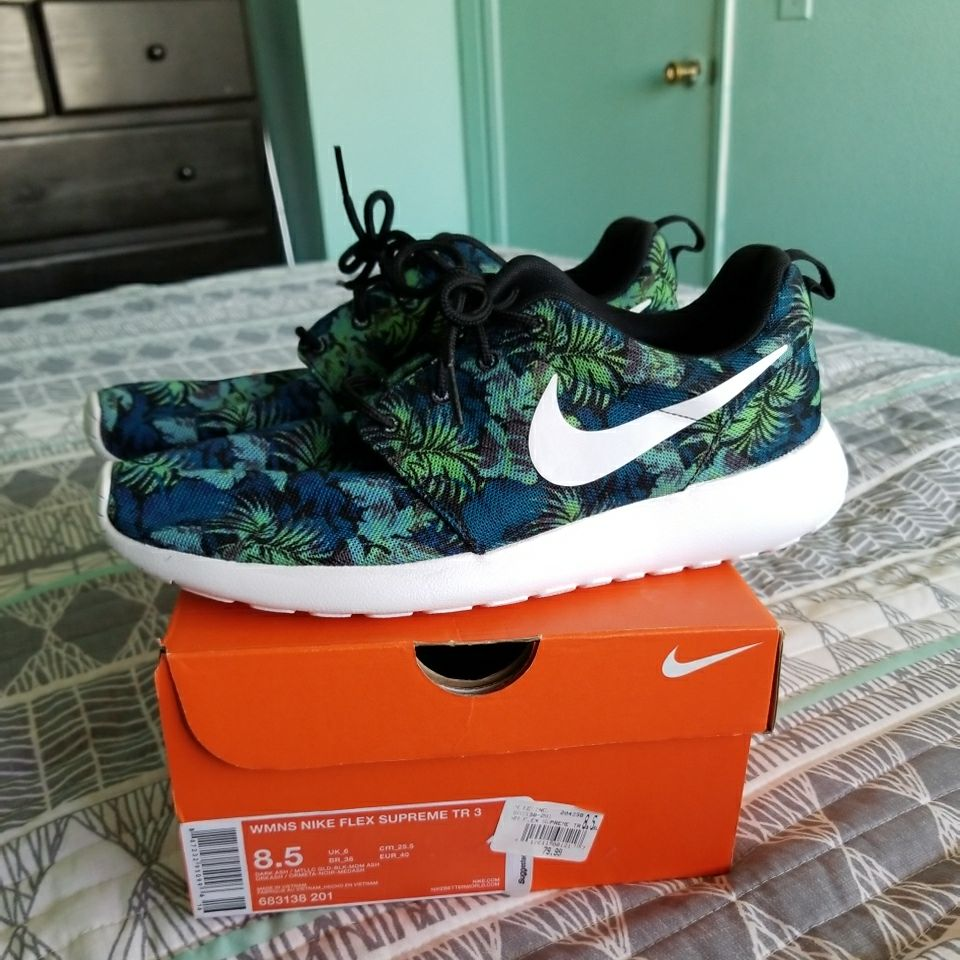 SIZE 8.5 GIRLS NIKES SHOES NEW NEVER BEEN USE ASKING 70.00