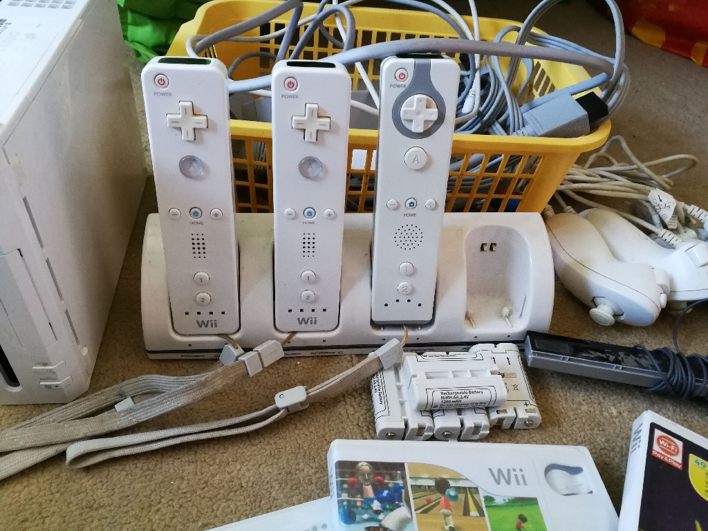 Wii: Games, Extras and Consoles