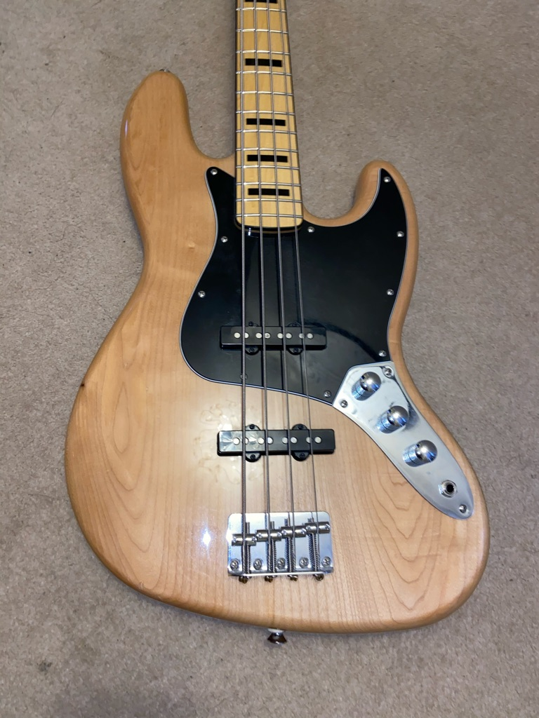 Fender Squire Jazz Bass + Armadillo Gig Case