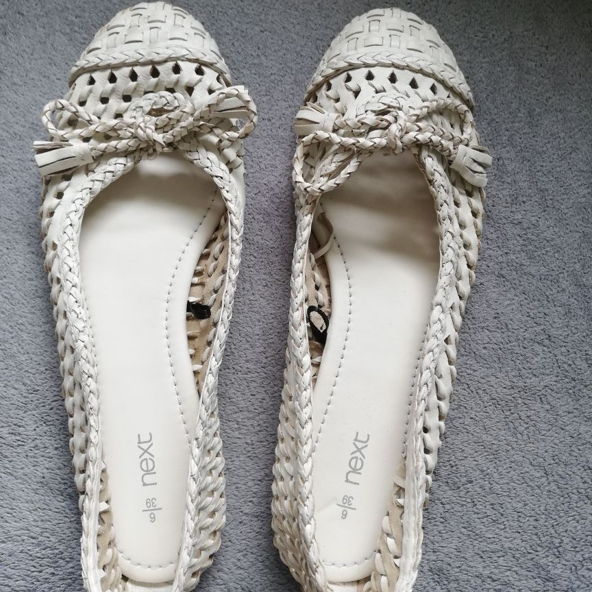 White flat shoes size 6