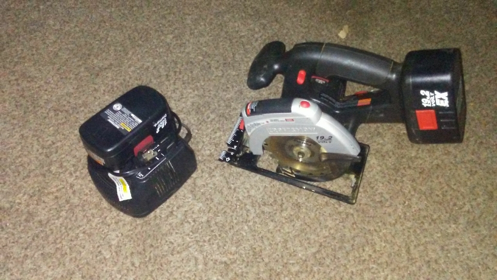Craftsman 19.2 up cordless skilsaw with laser light and 2 batteries and charger