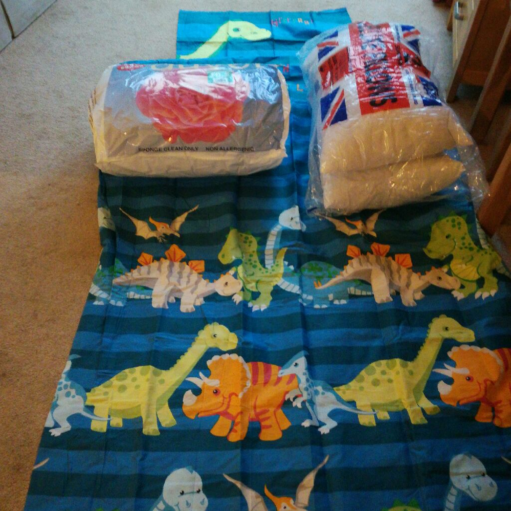 Single bed dinosaur cover, pillowcase, 10.5 tog duvet and two pillows