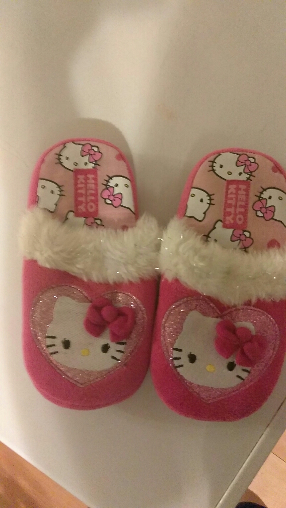 Girls HELLO KITTY slippers size 11/12
