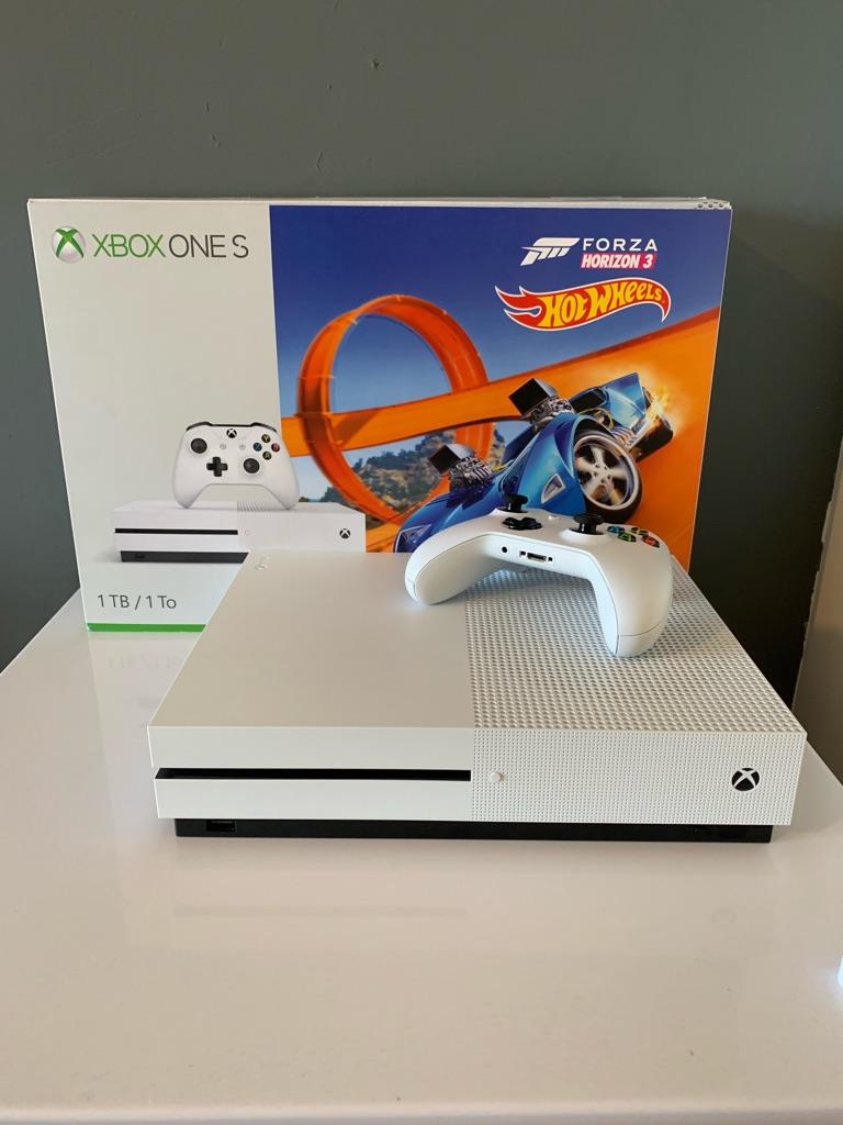 Xbox One S 1TB White & 4 games