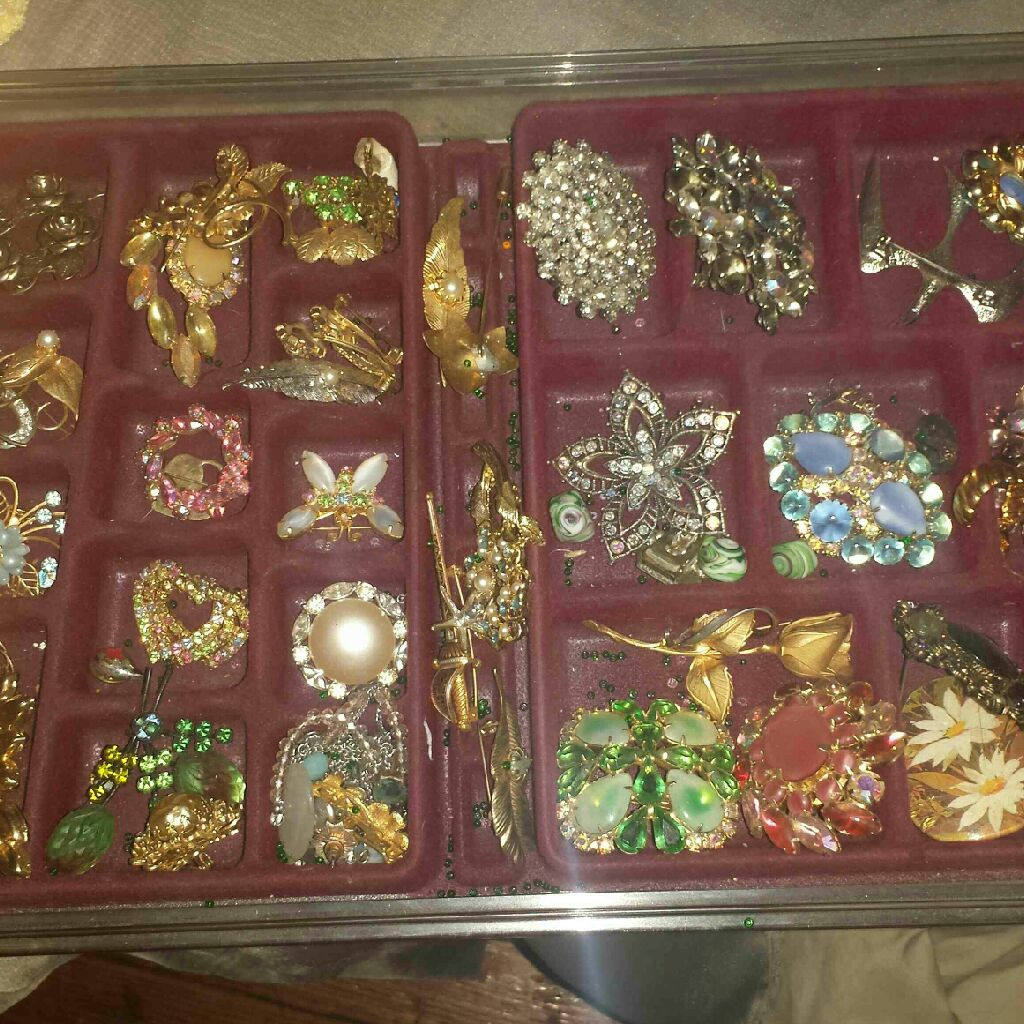 Vintage brooches tray full