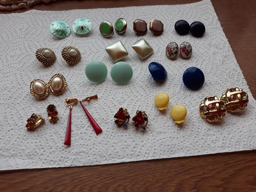 Costume jewellery ear-rings