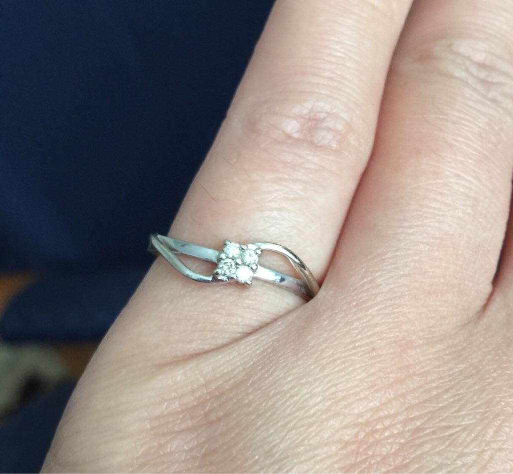 9k white gold 4 small diamonds ring
