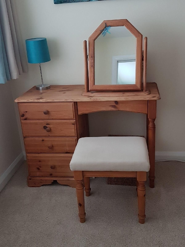 Multiple items of pine bedroom furniture, will separate