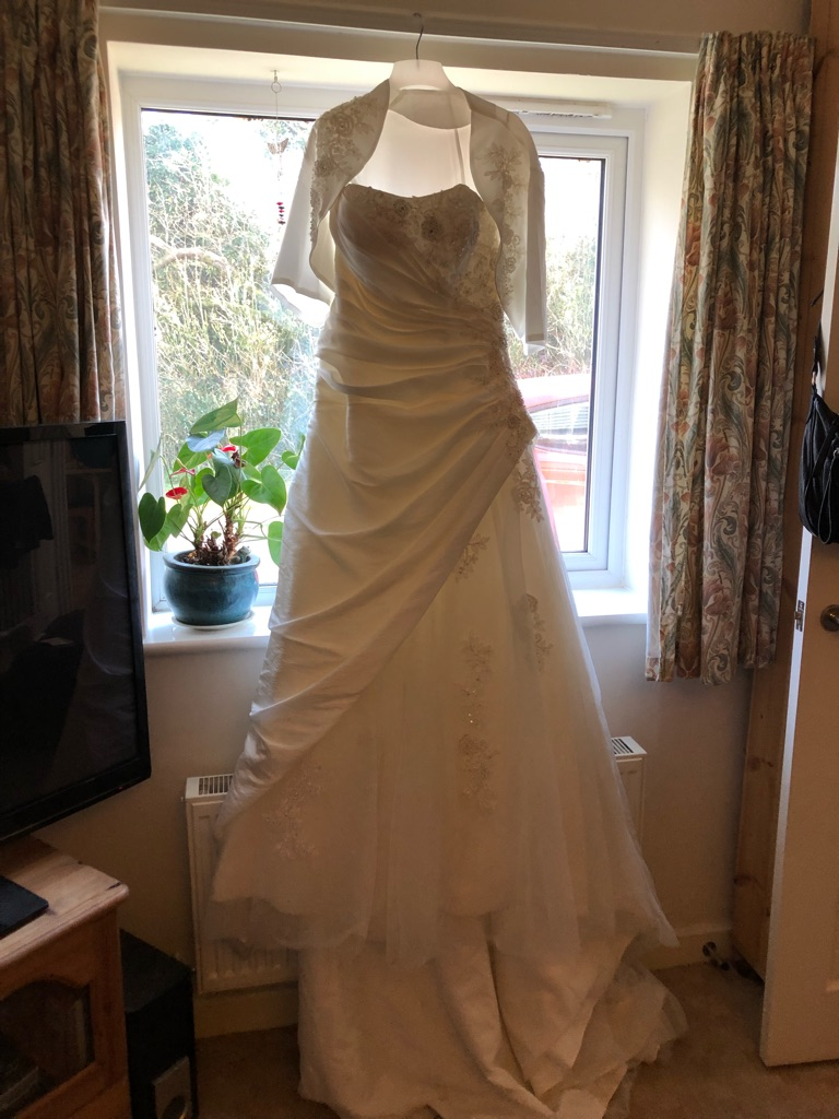 Designer Liliana Couture Ivory wedding dress size 16. Will fit size 14-16