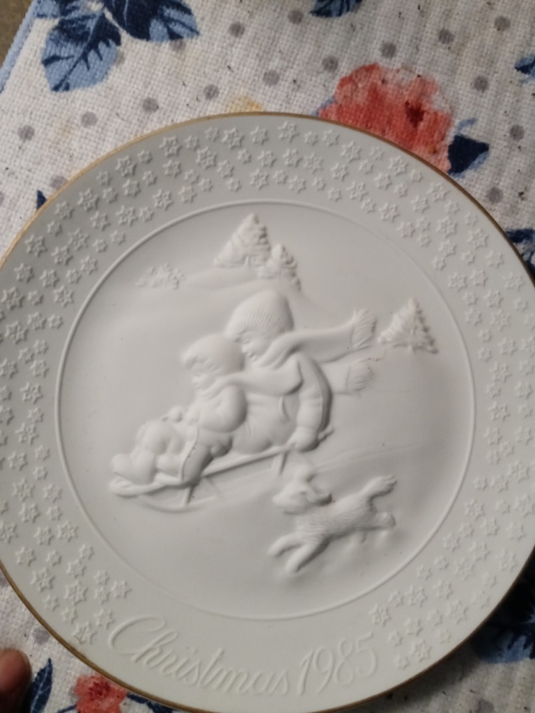 """Avon 1985 """"A Child's Christmas"""" Porcelain Collector's Plate Trimmed in 24K Gold"""