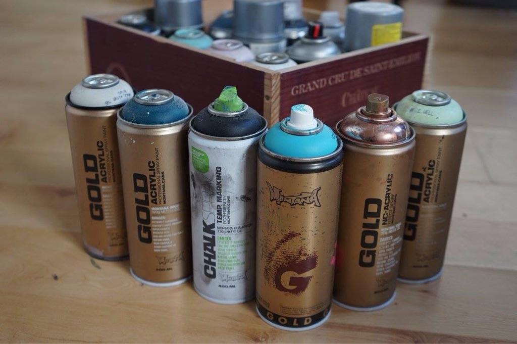 18 professional spraypaints, various colours