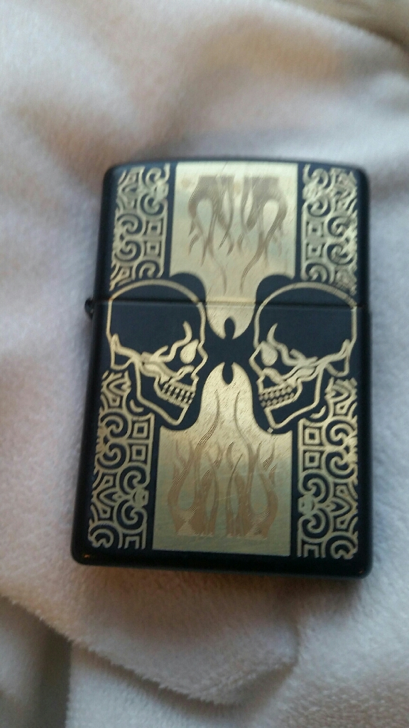 Zipp lighter with skulls