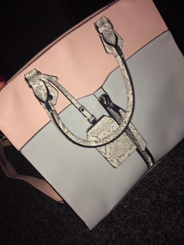 Stunning handbag with shoulder strap