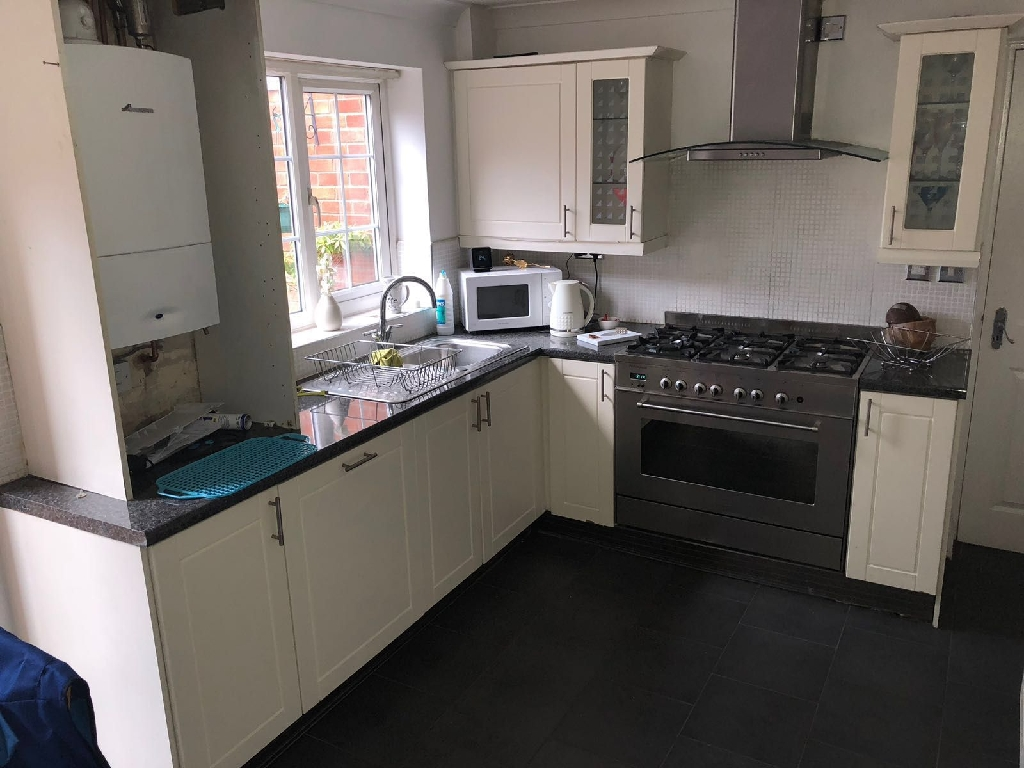 Kitchen units and cooker