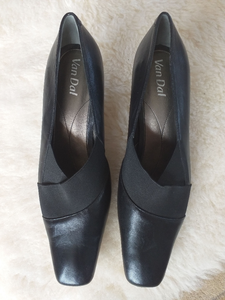 New Van Dal court shoes size 7