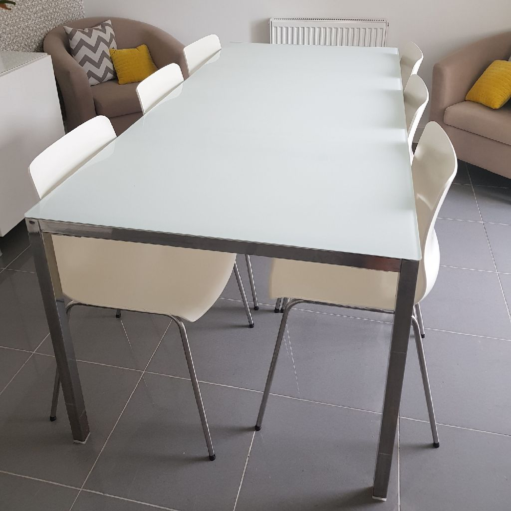 White table and 6 white chairs