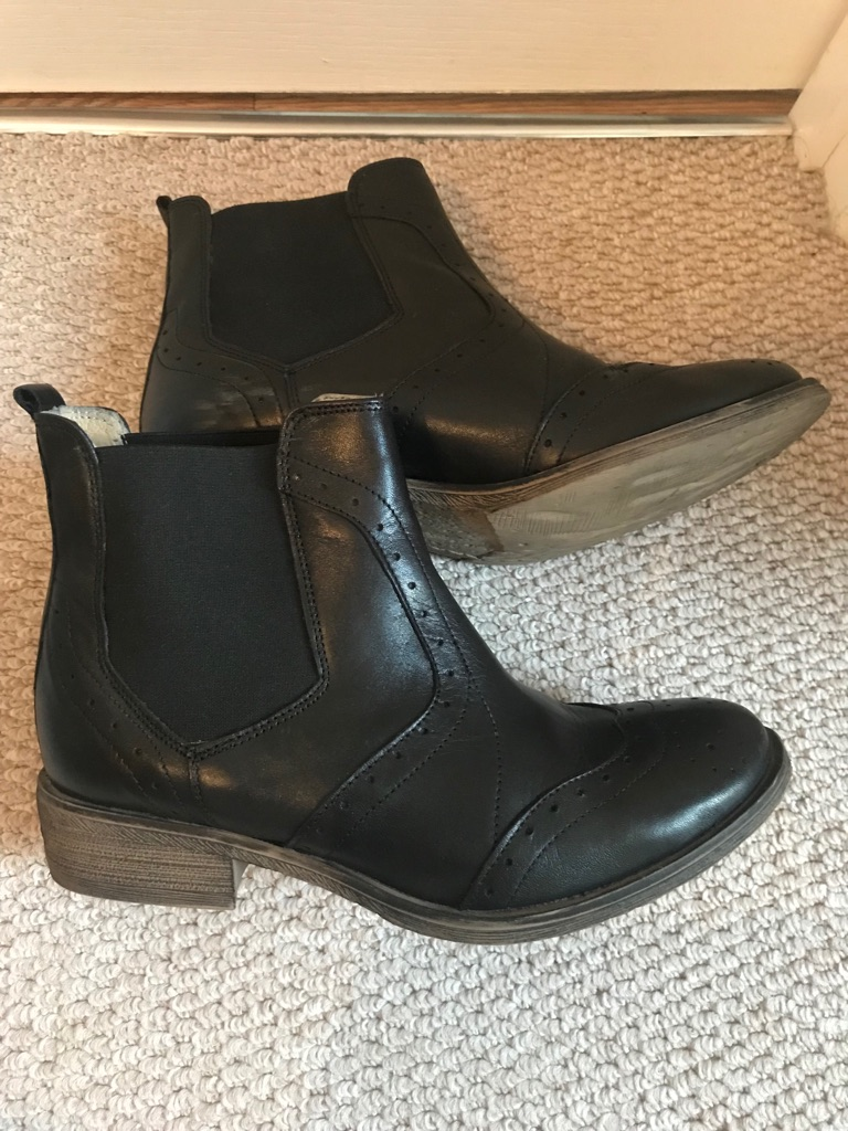 Leather women ankle boots size 6