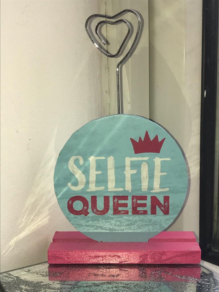 Selfie queen stand