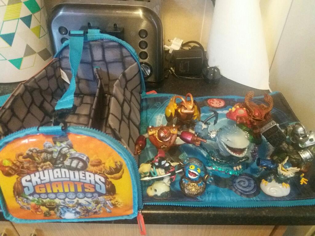 8 skylanders with bag